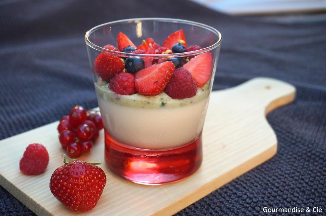 Panna cotta au lait d'amande, crème pistache et fruits rouges