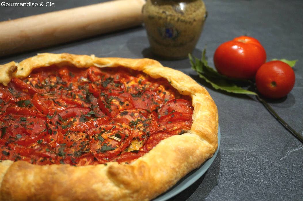 Tarte à la tomate, oignon, moutarde à l'ancienne et parmesan